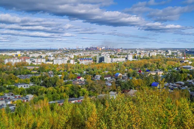 Ansicht der Stadt von Nizhny Tagil von der Spitze des Berges stockfotografie
