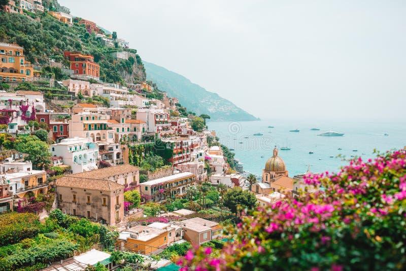 Ansicht der Stadt von Positano mit Blumen lizenzfreie stockfotos