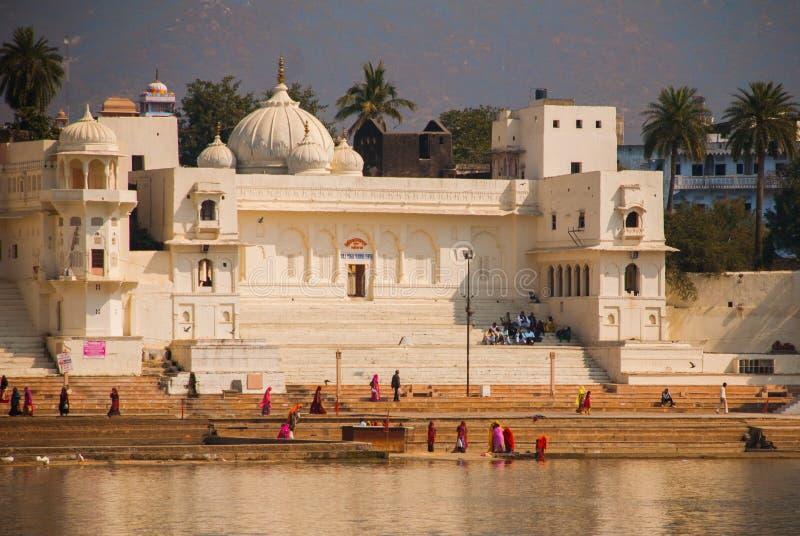 Ansicht der Stadt von Pushkar, Rajasthan, Indien Häuser reflektiert im Wasser Ein schöner See lizenzfreies stockbild