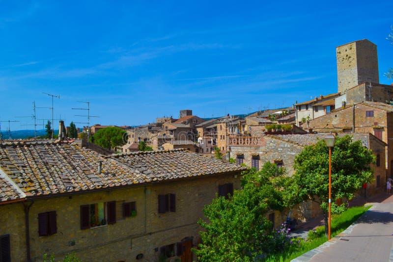 Ansicht der Stadt von San Gimignano mit mittelalterlichen Häusern und Turm stockbild
