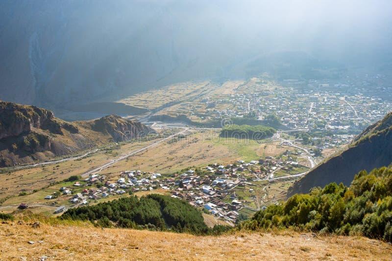 Ansicht der Stadt von Stepantsminda lizenzfreies stockbild