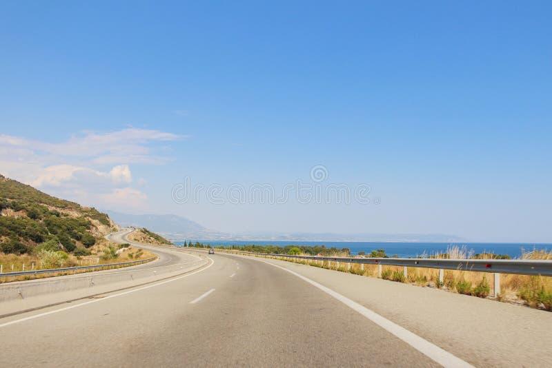 Ansicht der Straße auf einem Seeufer in Griechenland lizenzfreie stockfotos