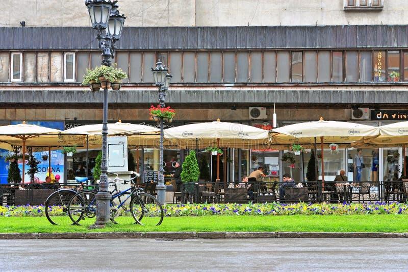 Ansicht der Straße in der alten Stadt von Novi Sad, Serbien lizenzfreie stockbilder