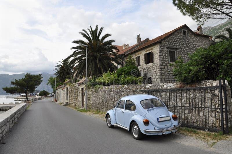 Ansicht der Straße mit dem blauen Auto in der Stadt Kotor stockbilder