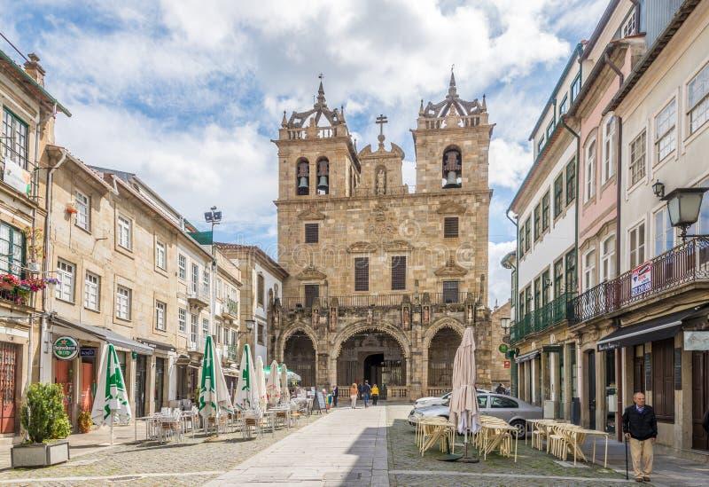Ansicht an der Straße mit Kathedrale von Braga in Portugal lizenzfreies stockfoto