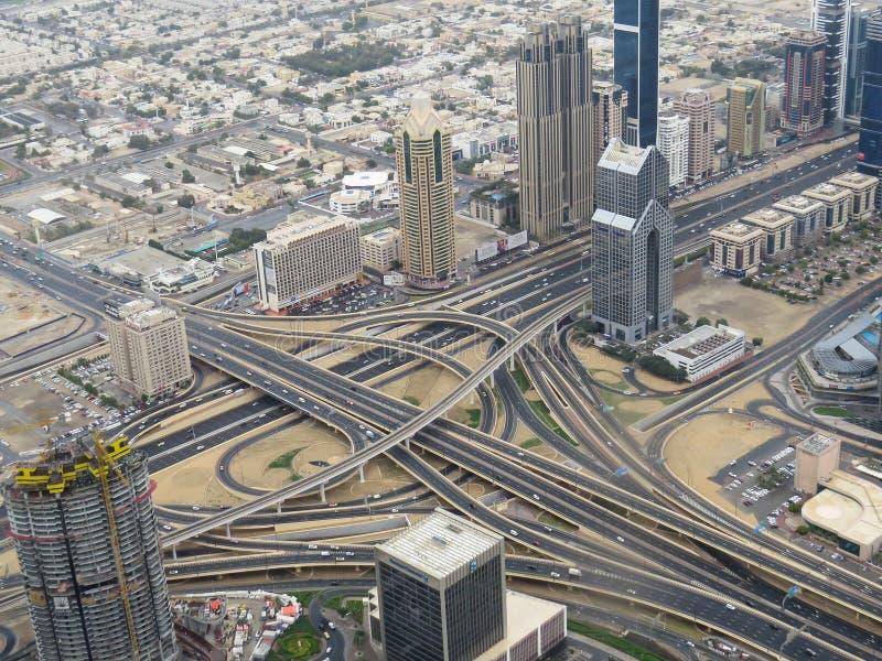Ansicht der Straßenkreuzung und der Stadt von Dubai von der Aussichtsplattform des Turms Burj Khalifa stockbilder