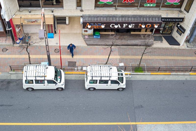 Ansicht der Stra?e im takadanobaba, wenn der Packwagen zwei auf Seite geparkt ist, der Stra?e lizenzfreie stockfotos
