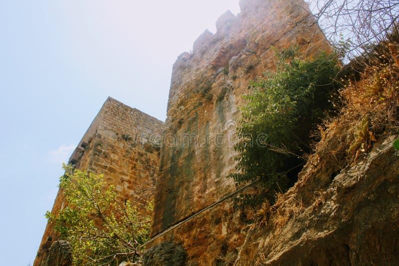 Ansicht der Türme von ihrem Fuß in Alanya-Schloss Alanya, die Türkei lizenzfreies stockfoto