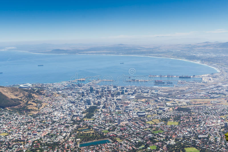Ansicht der Tabellen-Bucht und der Stadt von Cape Town von der Spitze der Tabelle Mounta lizenzfreies stockfoto