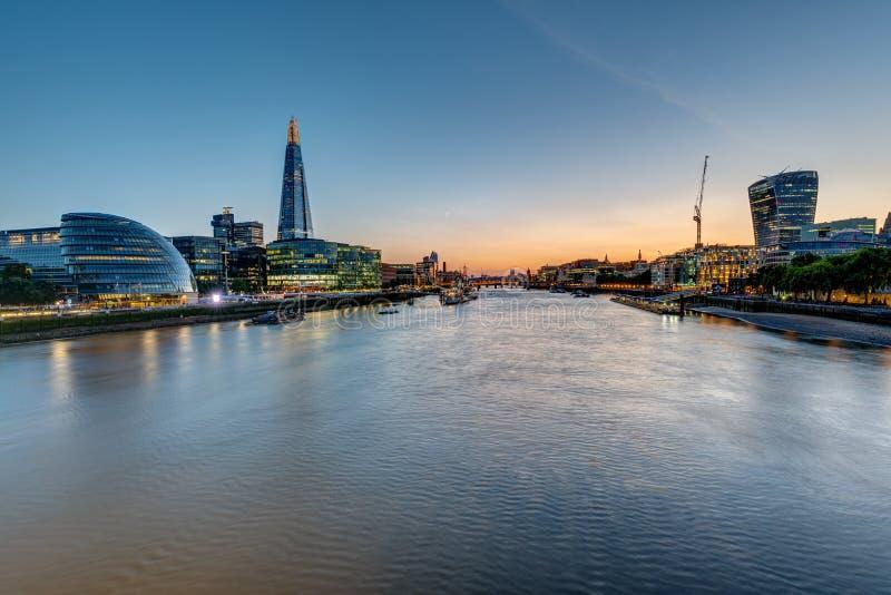 Ansicht der Themses in London nach Sonnenuntergang lizenzfreie stockbilder
