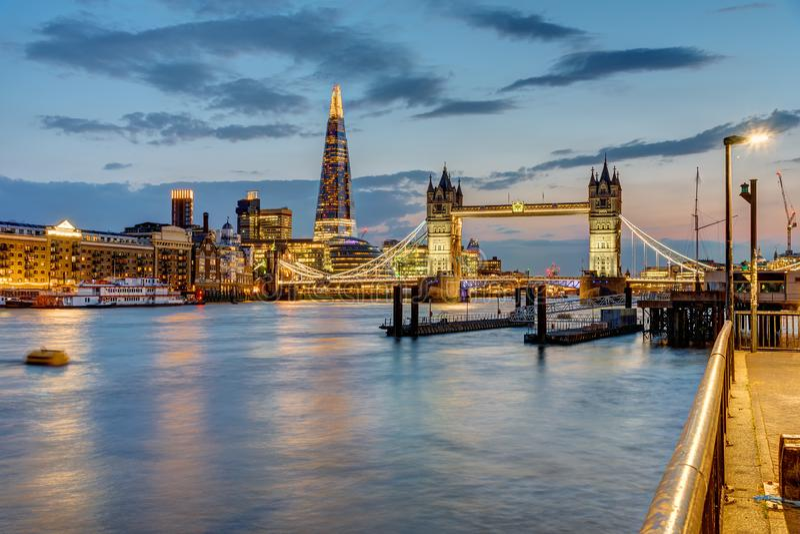 Ansicht der Themses in London nach Sonnenuntergang stockbild