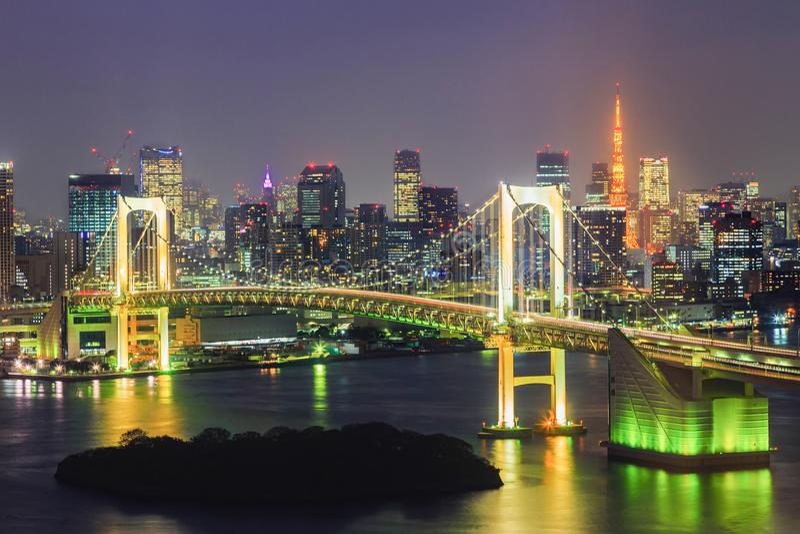 Ansicht der Tokyo-Bucht-, -regenbogenbrücke und des Tokyos ragen hoch lizenzfreie stockfotos