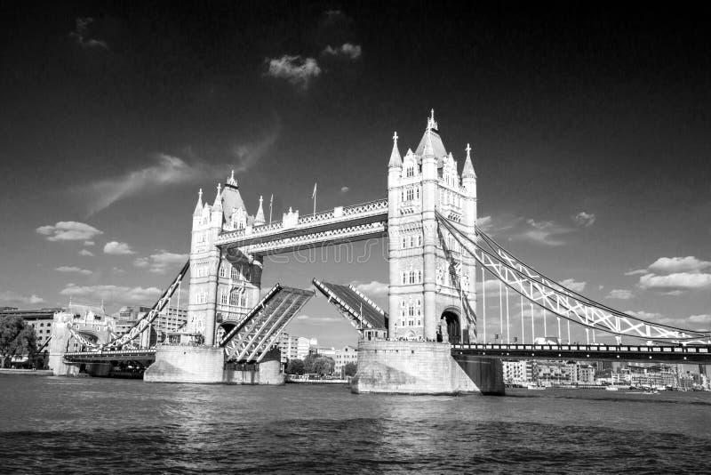 Ansicht der Turm-Brücke auf der die Themse-Öffnung für das Führen von Booten London, England, Großbritannien, September stockfotos