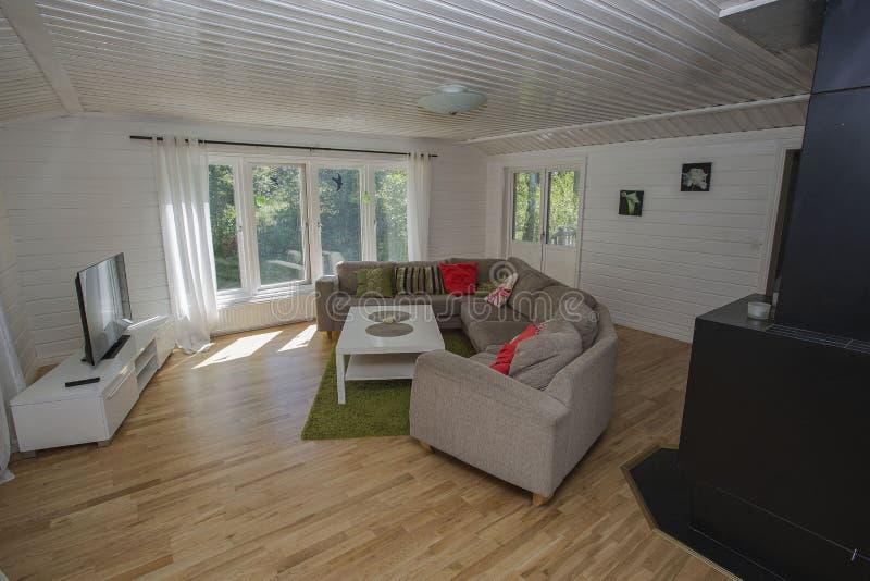 Ansicht der typischen scandivaian Innenart Weiße Wände und Decke, beige oder weiße Möbel und kontrastierende Details stockfotografie
