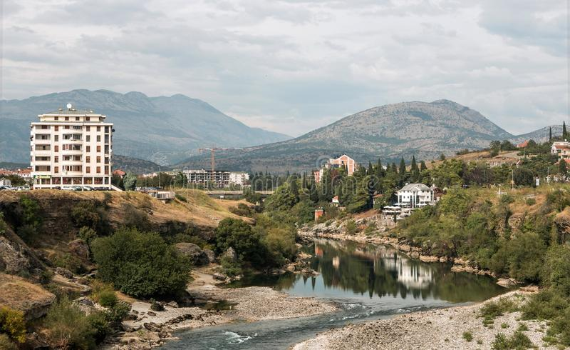 Ansicht der Umgebungen von Podgorica von der Jahrtausend-Brücke stockfotografie