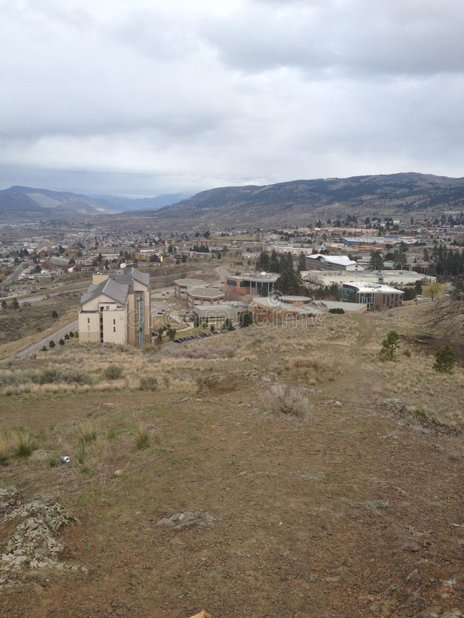 Ansicht der Universität von der Spitze einer Großschanze stockfotografie