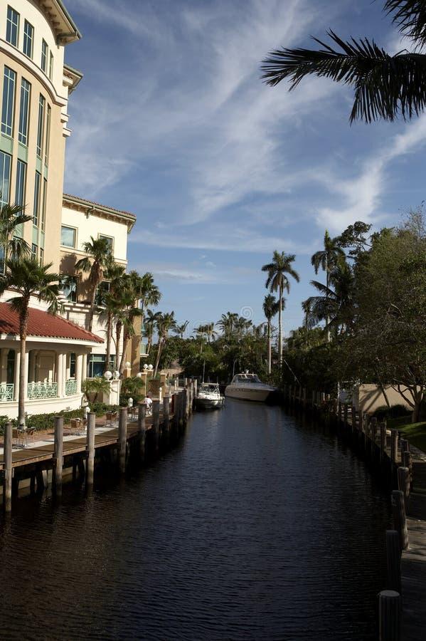Ansicht der Wasser-Strasse weg vom Las Olas-Boulevard lizenzfreie stockfotos