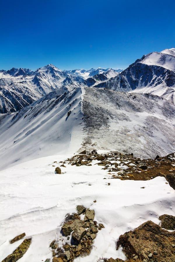Ansicht der Winterberge nähern sich Almaty in Kazakhstan stockbilder