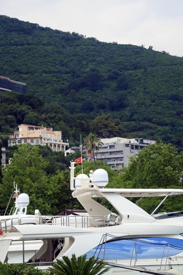 Ansicht der Yachten auf dem Pier und dem Berg in Budva in Mont stockfoto