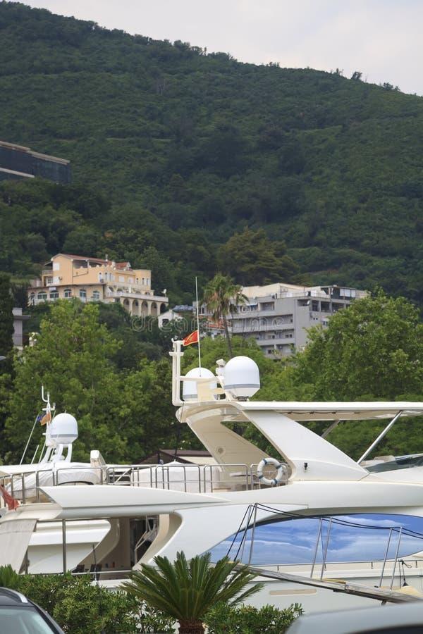 Ansicht der Yachten auf dem Pier und dem Berg in Budva in Mont stockbild