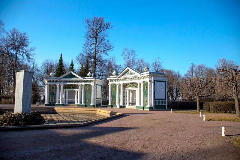 Ansicht der zentralen Seite der Museumsbrunnen, Peterhof St Petersburg, Russland stockfotografie