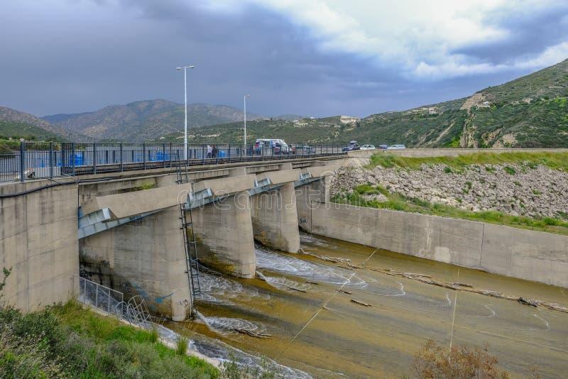 Ansicht des Überlauf Germasogeia-Verdammung im Frühjahr, wenn das Wasser aus dem Reservoir heraus strömt lizenzfreie stockbilder