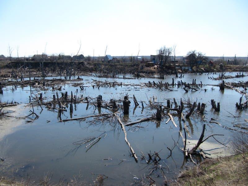 Ansicht des überschwemmten Dorfs wegen der Flut stockfotos