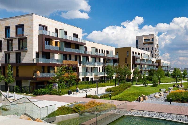 Ansicht des allgemeinen Parks mit eben errichtetem modernem Wohnblock stockbilder