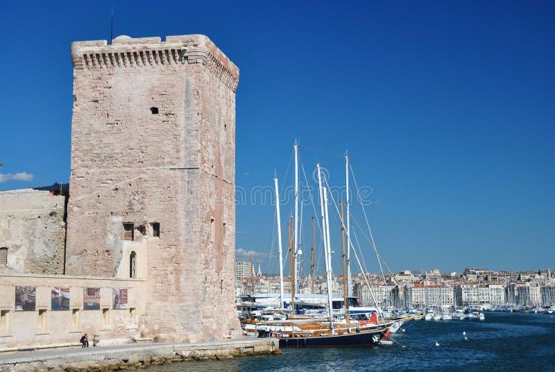 Ansicht des alten Hafens von Marseille mit vielen Yachten und Segelbooten und des quadratischen Steinturms des Forts Heilig-Jean stockfotografie