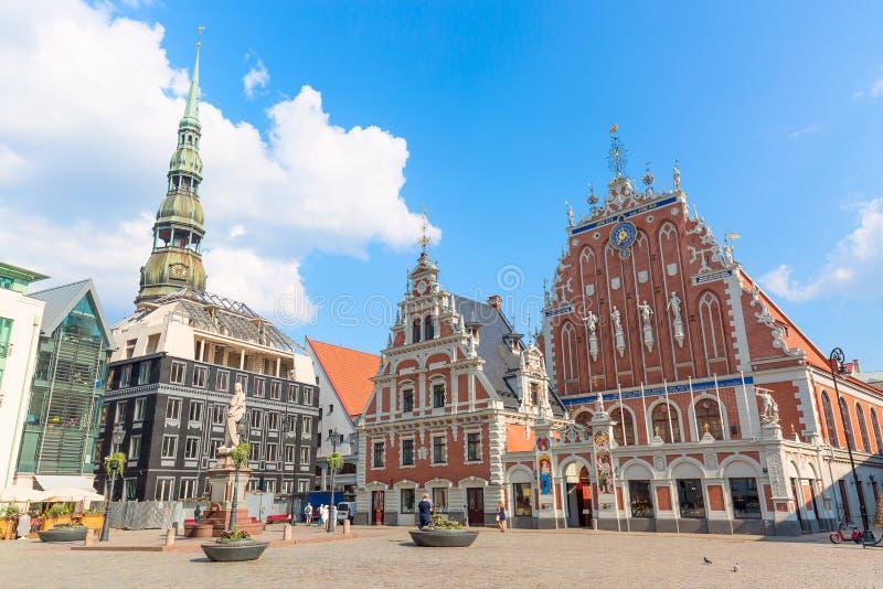 Ansicht des alten Marktplatzes, des Roland Statues, des Mitesser-Hauses und des St. Peters Cathedral gegen blauen Himmel in Riga, lizenzfreie stockfotografie