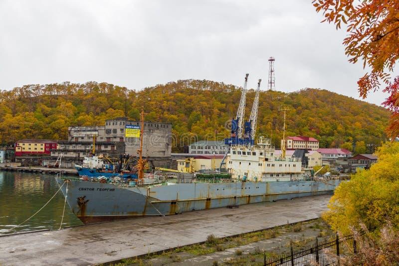Ansicht des alten, zerstörten Schiffs festgemacht im Hafen, Petropawlowsk-Kamchatsky, Russland lizenzfreies stockfoto