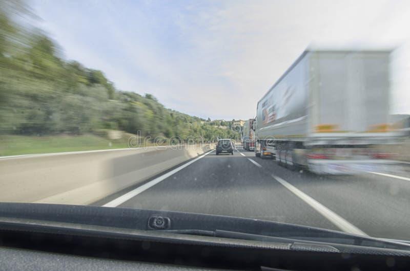 Ansicht des Autos, das schnelles in der Autobahn laufen lässt lizenzfreie stockfotografie