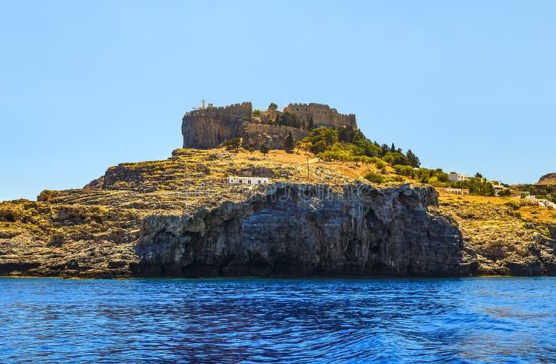 Ansicht des Berges und der Festung von Lindos vom Meerschloss von Johannes in Lindos, Rhodes Island, Griechenland stockbild