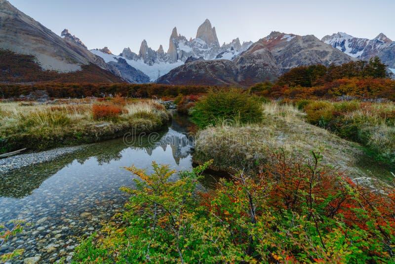 Ansicht des Bergs Fitz Roy im Nationalpark Nationalpark Los Glaciares während des Sonnenuntergangs Herbst im Patagonia, lizenzfreie stockfotografie