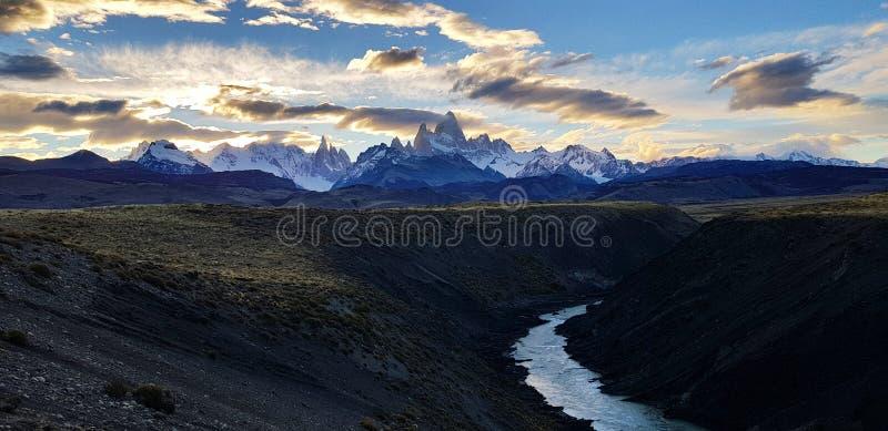 Ansicht des Bergs Fitz Roy und Cerro Torre von Rio De Las Vueltas-Schlucht nahe EL Chalten, Patagonia, Argentinien stockfotos