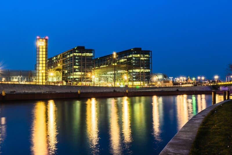 Ansicht des Berlin Hauptbahnhof-Stationsgebäudes vom Gelage stockfotografie