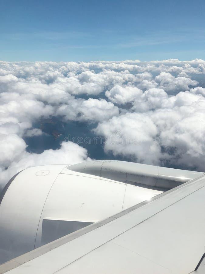 Ansicht des bewölkten Himmels vom Flugzeugfenster stockfotos