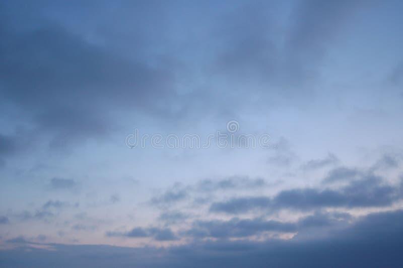 Ansicht des blauen Himmels am Abend als Tagesenden lizenzfreie stockfotos