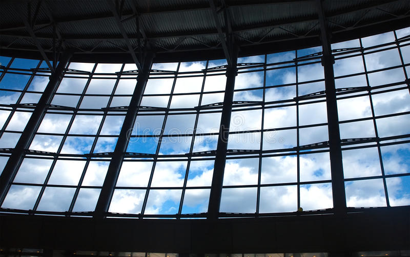 Ansicht des blauen Himmels mit Wolken von der Glaswand lizenzfreie stockbilder