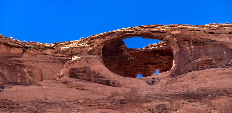 Ansicht des blauen Himmels und der natürlichen roten Felsformation am See Powell lizenzfreie stockfotografie