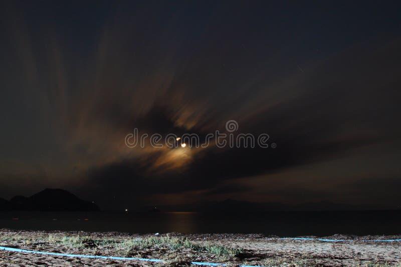 Ansicht des Blitzschlages über einem ländlichen Bauernhoffeld, Blitzschlag den Grund-, starken Donner, Blitz, dunkle Wolken im Hi stockfoto