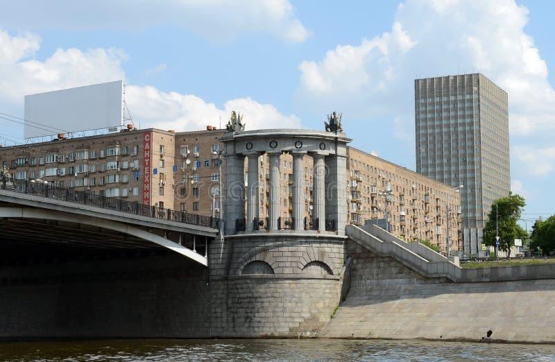 Ansicht des Borodino-Brückenbogens und des Rostow-Kais lizenzfreie stockfotos