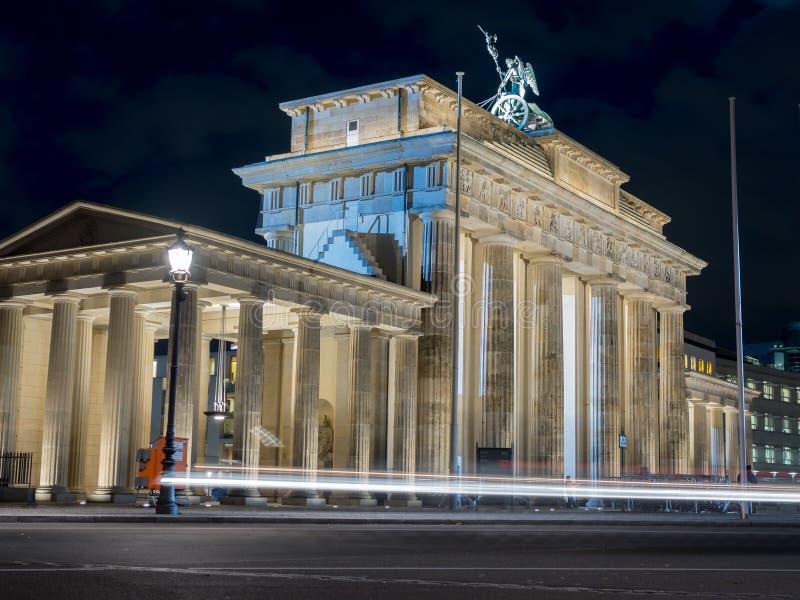 Ansicht des Brandenburger-Felsens mit Auto beleuchtet lizenzfreie stockfotos