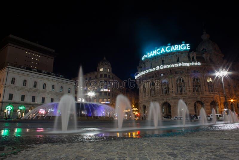 Ansicht des Brunnens von De Ferrari Square bis zum Nacht in Genua, das Herz der Stadt, Italien stockfotografie