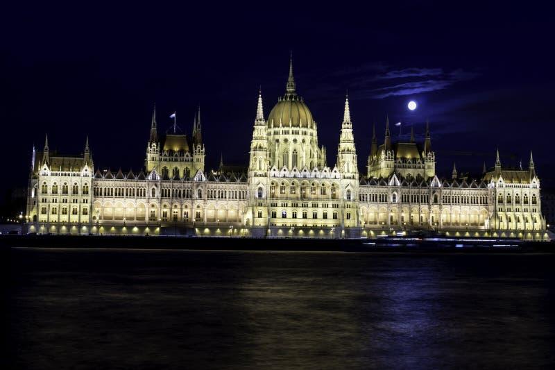 Ansicht des Budapest-Parlaments an der Dämmerung mit dem Mond auf seinen Dächern an der blauen Stunde, Ungarn lizenzfreie stockbilder