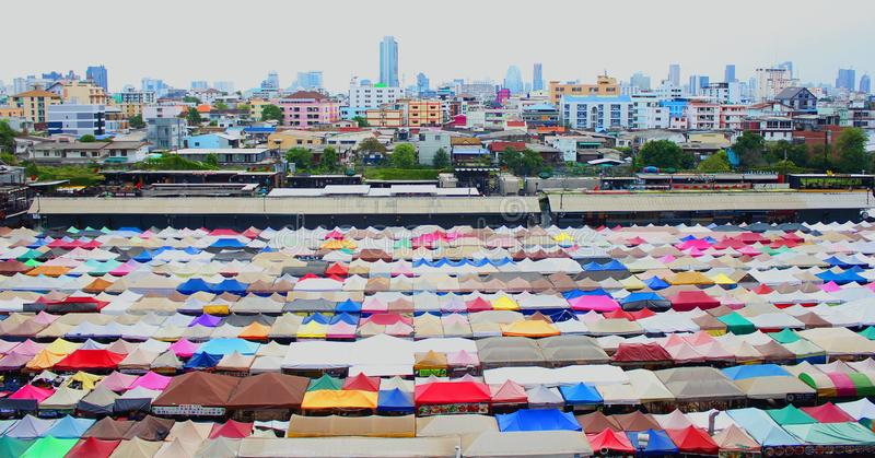 Ansicht des bunten Stadtbereichs in BANGKOK lizenzfreie abbildung