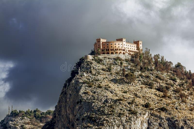 Ansicht des Castello-utveggio auf Berg Pellegrino in Palermo sic lizenzfreie stockfotografie