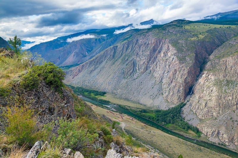 Ansicht des Chulyshman River Valley vom oberen Durchlauf des Katu-Yarykdurchlaufs, Altai-Republik, Russland stockfotografie