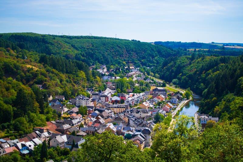 Ansicht des Dorfs und des Tales von Vianden, mit Bergen und Wald und die unsere Flussüberquerung, in Luxemburg, Europa stockfotografie