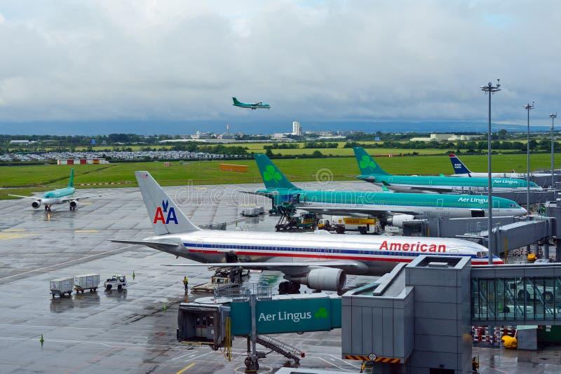 Ansicht des Dublin-Flughafenschutzblechs, wenn 5 Flugzeuge für Abweichen vorbereitet sind, vom Fluggastterminal stockfotos